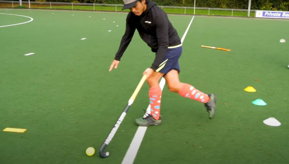 One handed field hockey tutorial! By Hockey Heroes TV